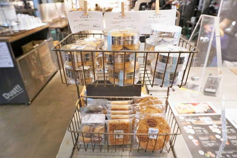焼き菓子がカゴに入れられ置かれている