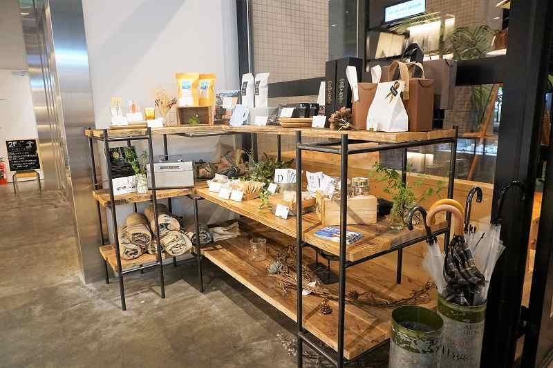 コーヒーや焼き菓子が棚に置かれている