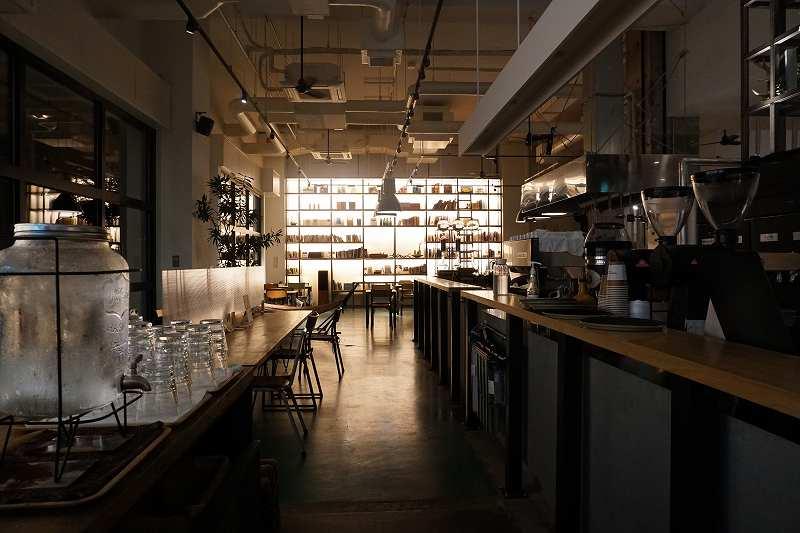「モリヒコ ステイアンドコーヒー」の夜の内観