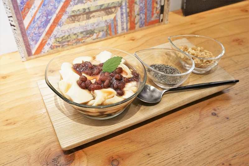 「豆花」がテーブルに置かれている