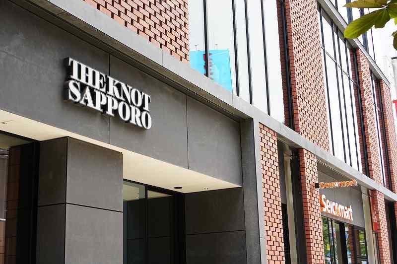 ホテル「ザノット札幌」の入口にあるホテル名看板