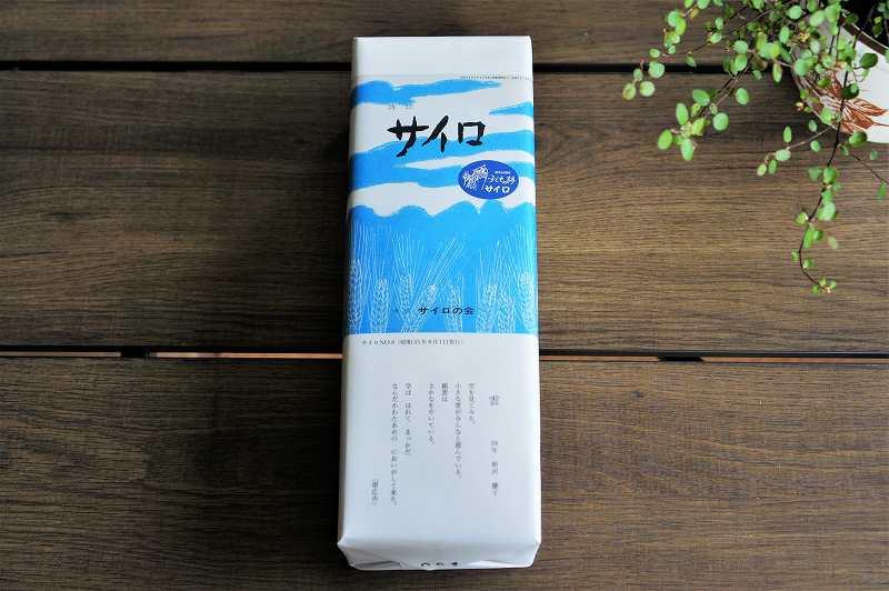 六花亭おやつ屋さん(2020年8月分)の箱がテーブルに置かれている