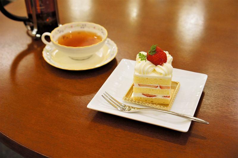 苺ショートケーキと紅茶がテーブルに置かれている