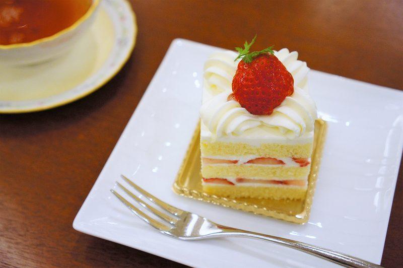 苺ショートケーキがテーブルに置かれている