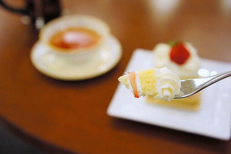 苺ショートケーキをフォークですくったようす
