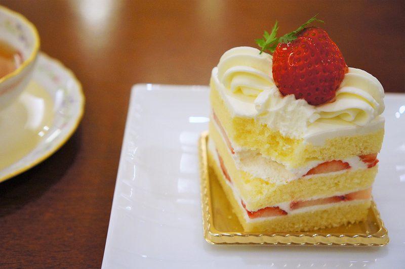 ひとくち食べた後の苺ショートケーキがテーブルに置かれている
