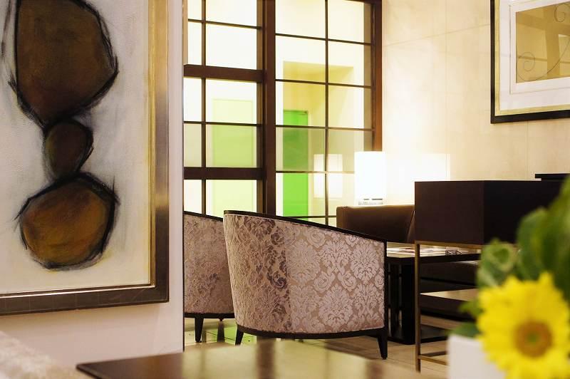 絵画や生花が飾られた「ザロビーラウンジ」の内観