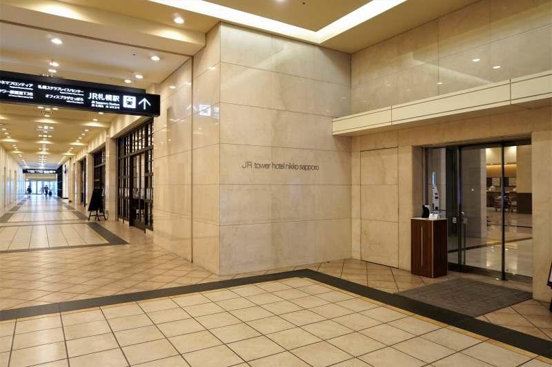 品のあるアイボリーでまとめられた「JRタワーホテル日航札幌」の入口のようす
