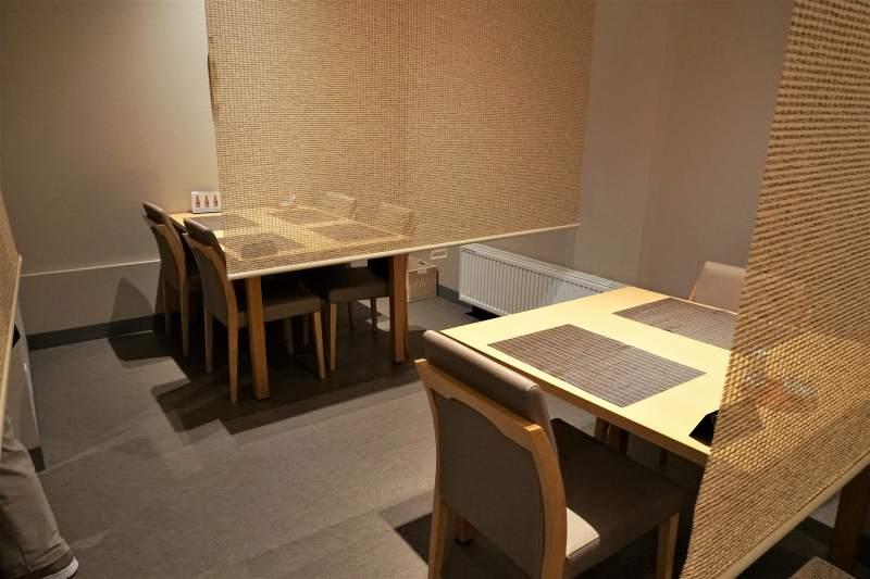 「に志づ可」の1階テーブル席