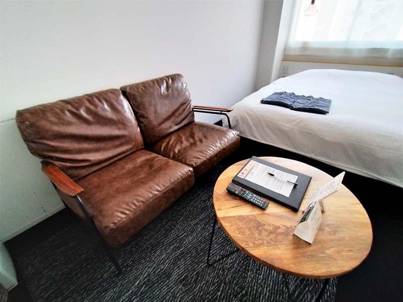 ホテルポットマムのダブルルームのソファーとテーブル