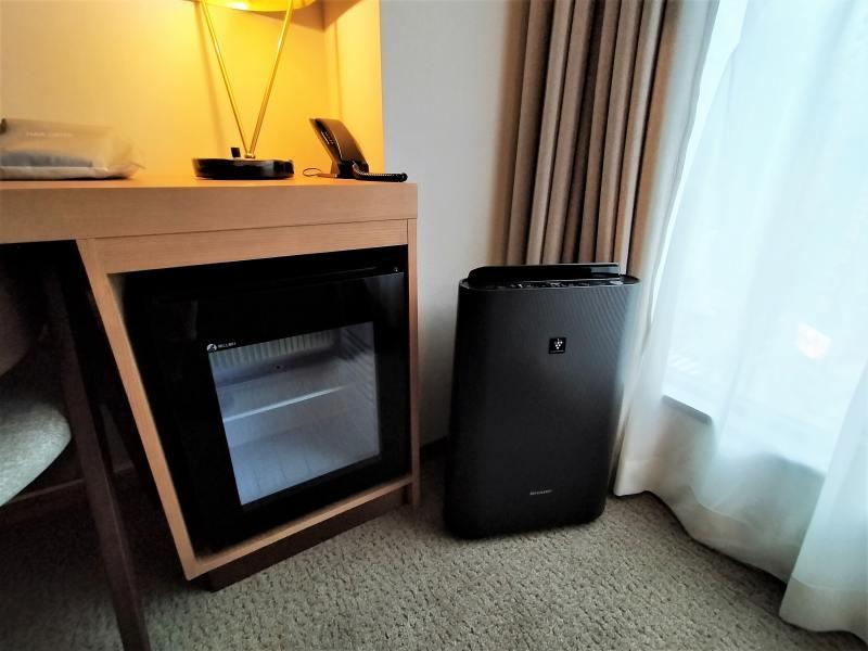 ザノット札幌のスタンダードツインルームの冷蔵庫と空気清浄機