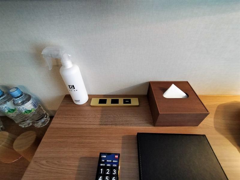 ザノット札幌のスタンダードツインルームのデスクの上