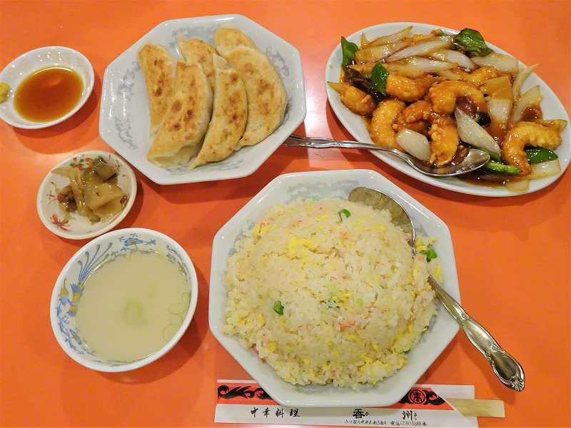 餃子、チャーハン、エビの甘酢掛けがテーブルに置かれている