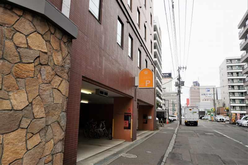 プレミアホテルキャビンの立体駐車場入口