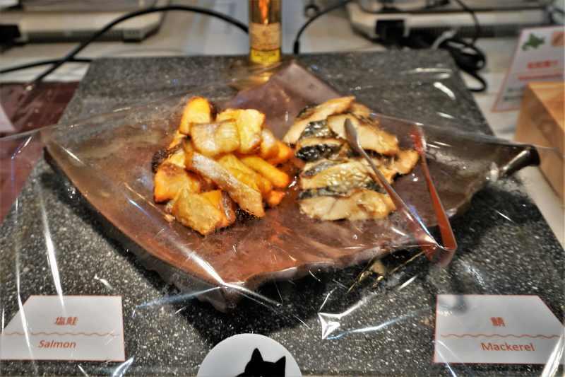 朝食ビュッフェの鮭と鯖