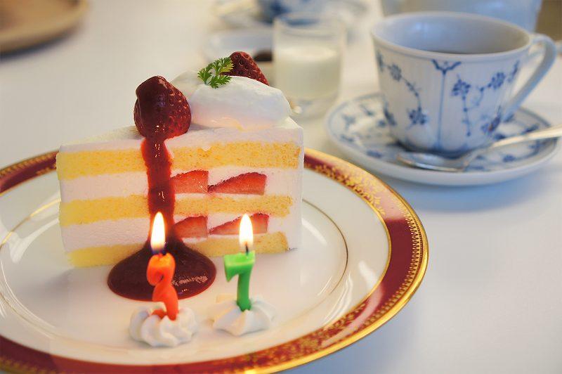 イチゴショートケーキと紅茶がテーブルに置かれている