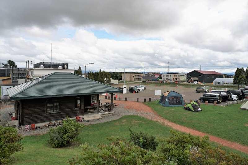 「北村中央公園ふれあい広場」の管理棟と駐車場