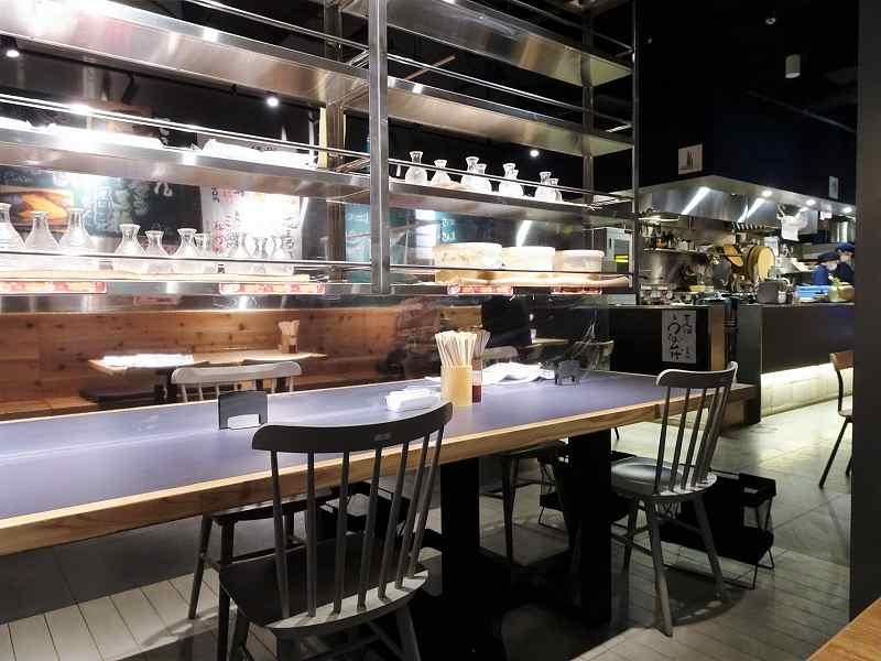 黒とシルバーでシックな雰囲気の「できたて屋 時計台店(根室花まる食堂)」の店内
