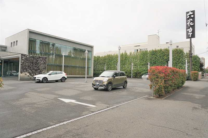 六花亭喫茶室 真駒内六花亭ホール店と駐車場の外観
