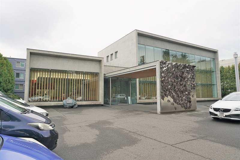 コンクリート造りの六花亭喫茶室 真駒内六花亭ホール店の外観