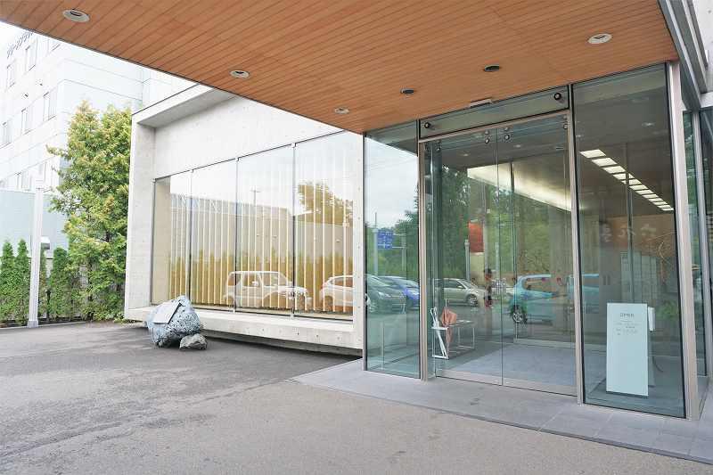 木とガラスであたたかみのある雰囲気の、六花亭喫茶室 真駒内六花亭ホール店の入口の様子
