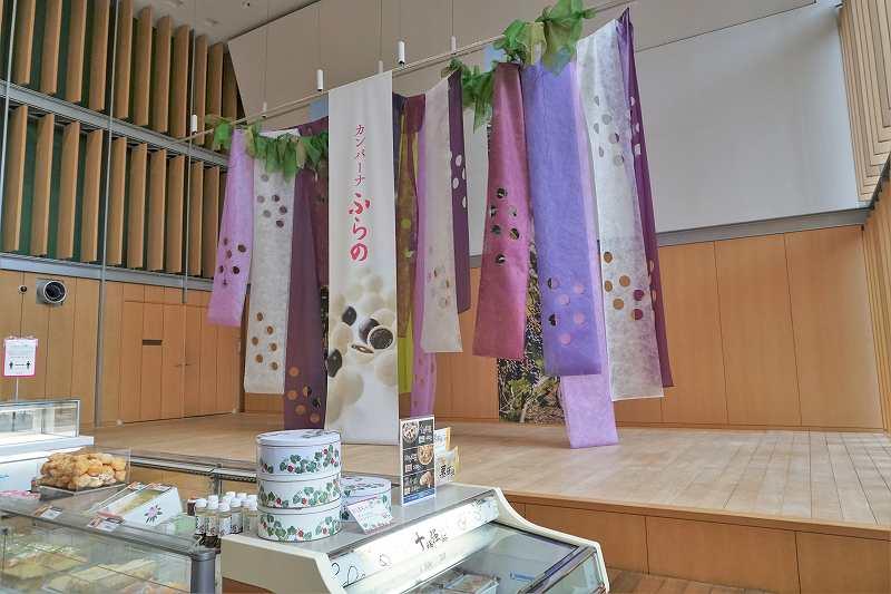 ぶどうをイメージした装飾の、六花亭 真駒内六花亭ホール店の内観