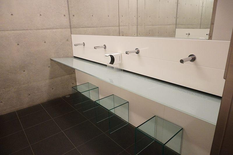 モダンな雰囲気の、六花亭 真駒内六花亭ホール店のトイレ洗面コーナー