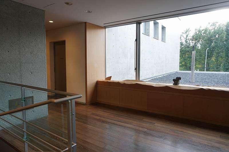 大きな窓がある六花亭喫茶室 真駒内六花亭ホール店の2階
