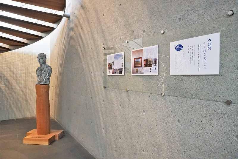 ポスターが3枚と彫刻が飾られた六花亭 真駒内六花亭ホール店の店内