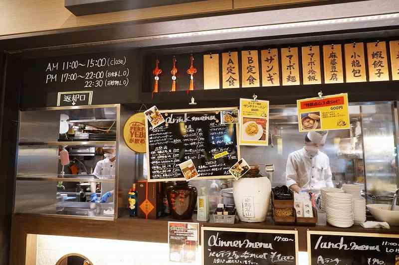 「中国料理 布袋 赤れんがテラス店」の食器返却口とキッチンなどの様子