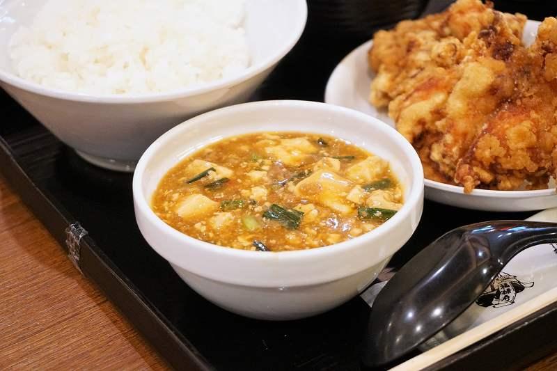 麻婆豆腐やザンギがテーブルに置かれている
