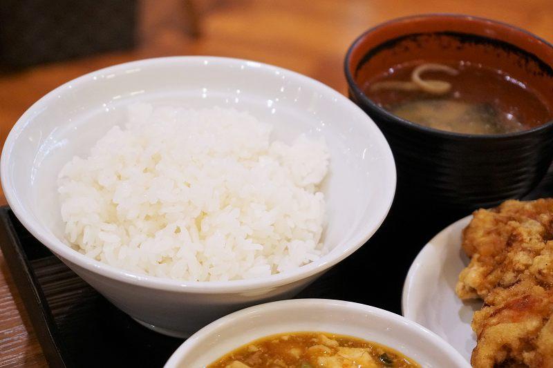 ごはんや味噌汁がテーブルに置かれている