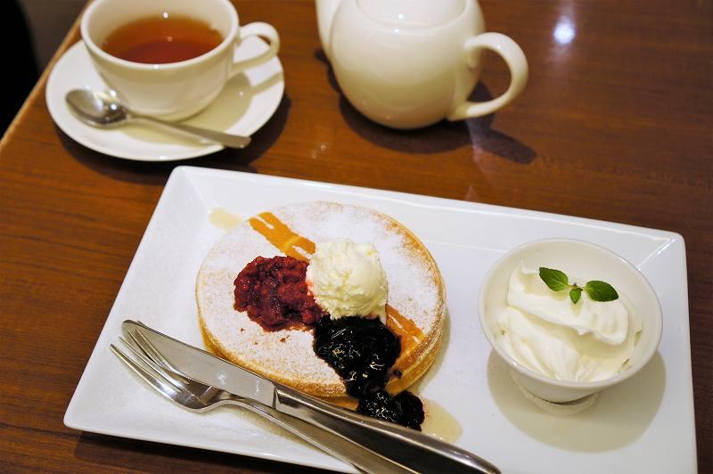 パンケーキと紅茶がテーブルに置かれている