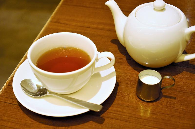 ティーポットと紅茶が入ったカップ&ソーサーがテーブルに置かれている