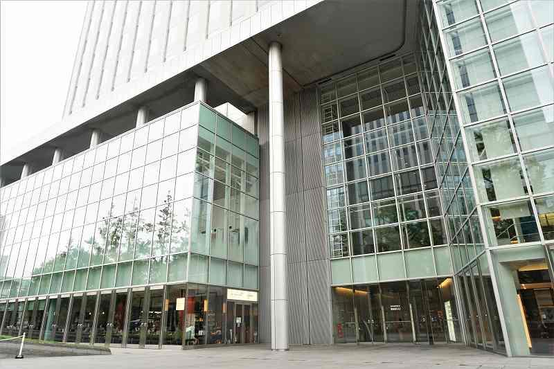一面ガラス張りになっている日本生命札幌ビルの入口外観