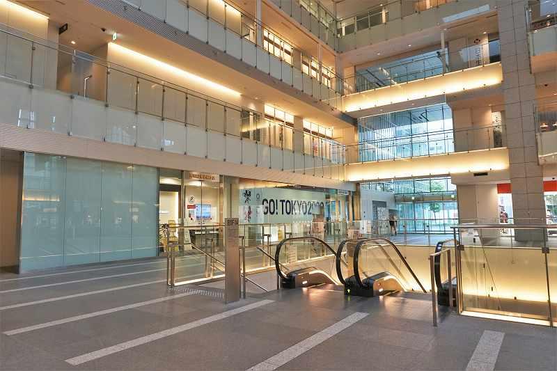 3階まで吹き抜けになっている日本生命札幌ビルの下りエスカレータ付近