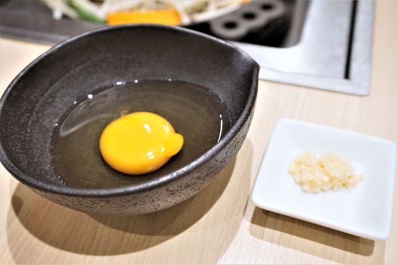 生卵と山わさびがテーブルに置かれている