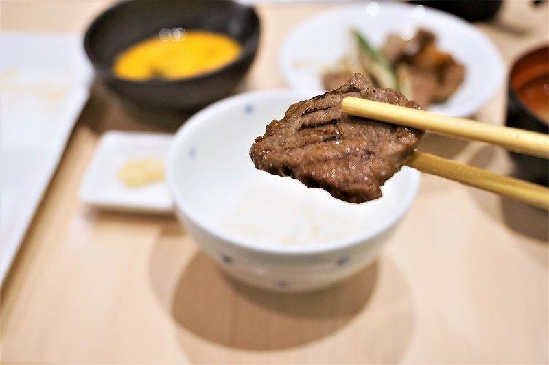 ジンギスカンのお肉を箸で持ち上げている様子