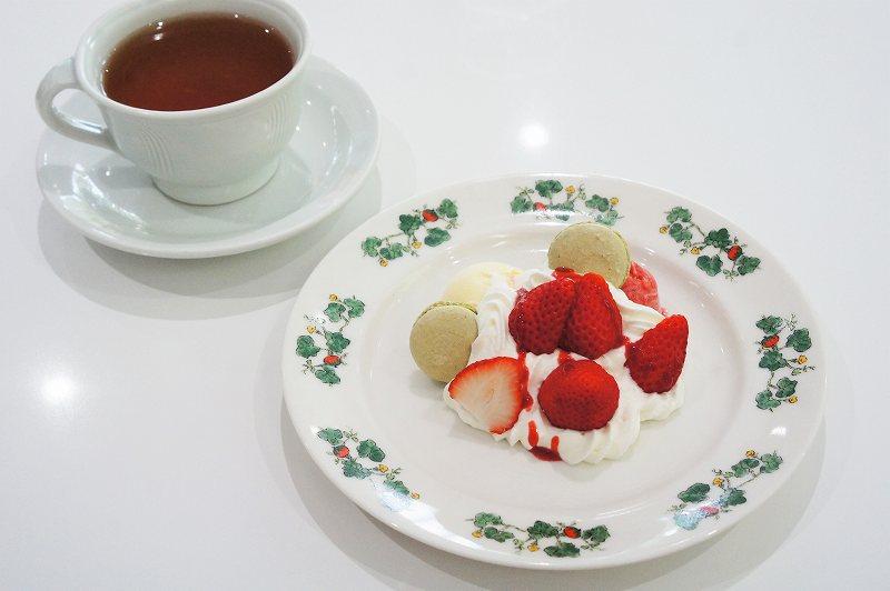 いちごパフェとお茶がテーブルに置かれている