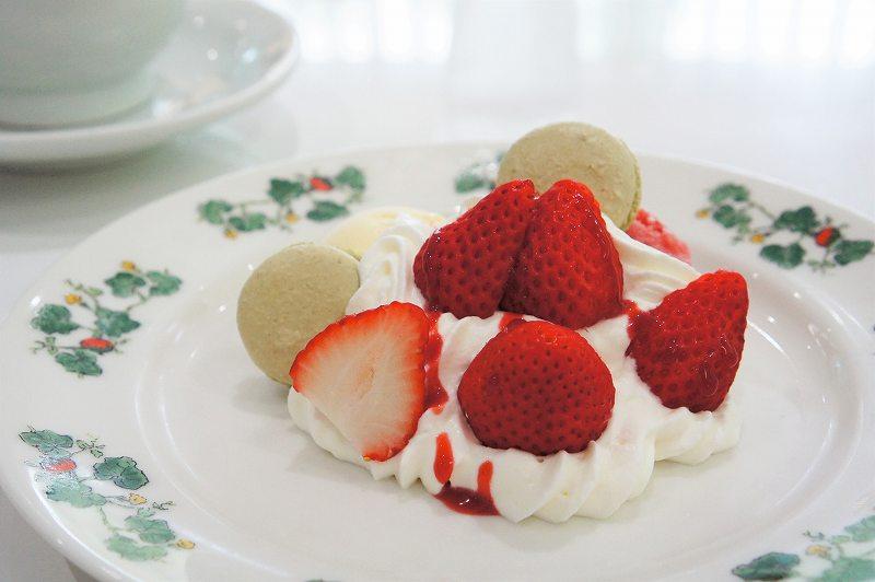 生クリームと苺がたっぷりのったいちごパフェ