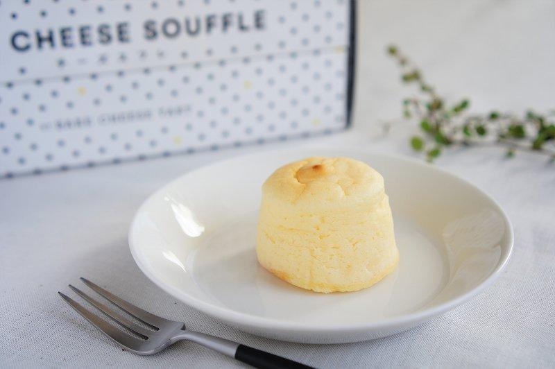 チーズスフレが皿にのせられ、テーブルに置かれている