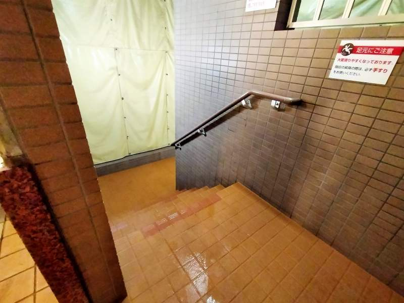 「プレミアホテルキャビン札幌」の露天風呂へ続く階段
