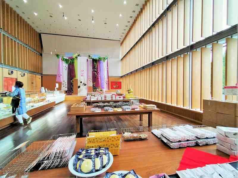 たくさんのお菓子が陳列されている六花亭 真駒内六花亭ホール店の内観