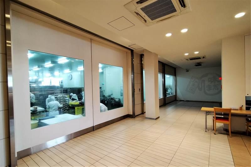 「かま栄工場直売店」の見学スペース