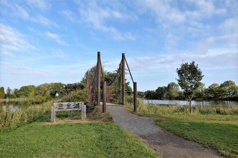 「三重湖公園キャンプ場」のつり橋