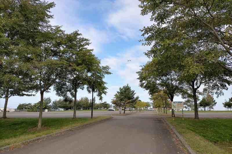「三重緑地公園キャンプ場」の駐車場入口