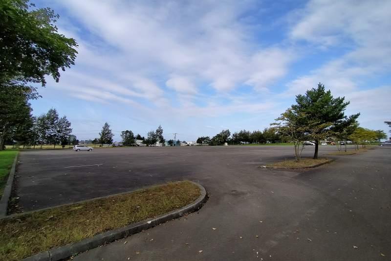 「三重緑地公園キャンプ場」の駐車場