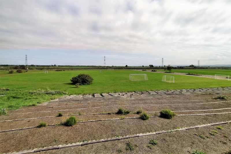 「三重緑地公園キャンプ場」のサッカー場など