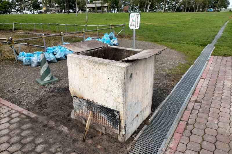 「三重緑地公園キャンプ場」の炭捨て場
