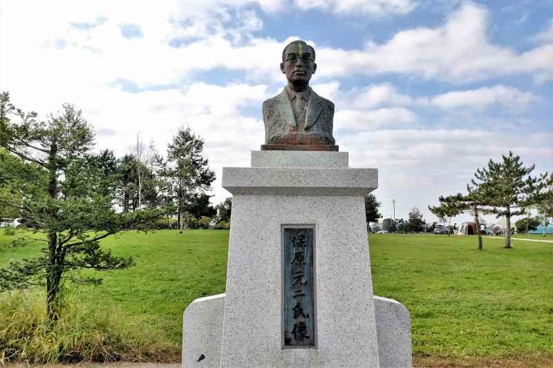 「三重緑地公園キャンプ場」の保原元二氏の胸像